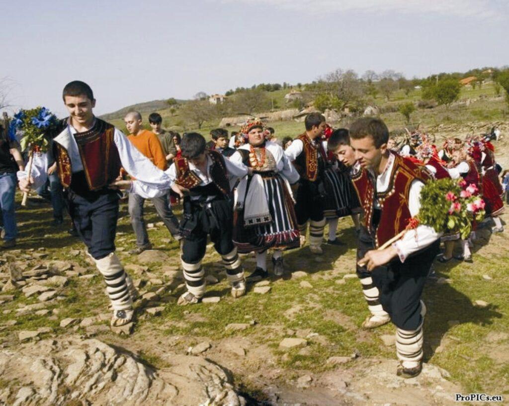 """Кумовете """"изтеглят"""" лазарито от Дольник. (снимка от сайта на Еркеч)"""