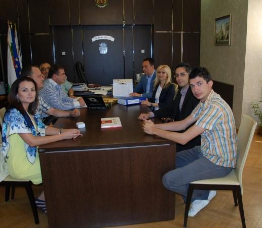 """Връчиха 13 400 подписа """"ЗА"""" отварянето на пристанището на кмета на Бургас"""
