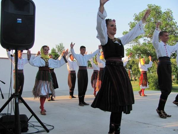 Фолклорен спектакъл на ансамбъл от Сърбия на лятната сцена в Поморие