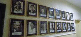 Портрети на почетни поморийски граждани са наредени в сградата на Община Поморие