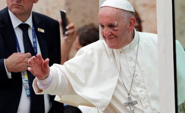 Папата пострада след като папамобилът му спря рязко насред тълпи от хора