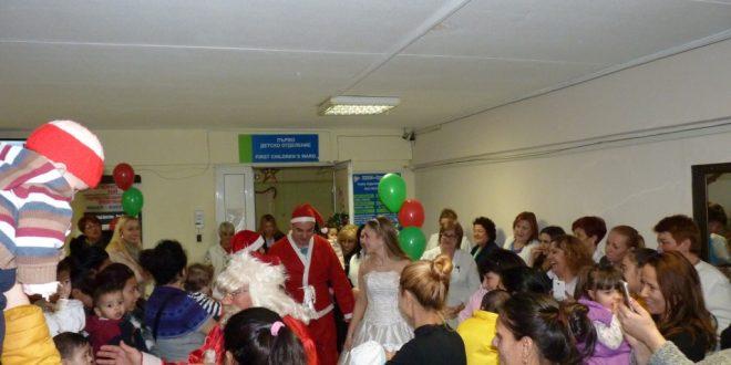 Дядо Коледа раздаде десетки подаръци на децата в УМБАЛ Бургас
