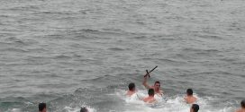 Смелчаци се хвърлиха в ледените води за кръста