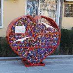 """Предадоха пластмасовите капачки от първото напълване на """"Голямото сърце на Ахелой"""""""