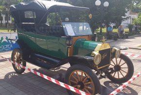 Уникален парад на ретро автомобили в Поморие (снимки)