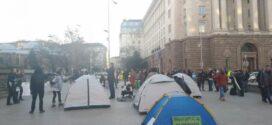 Медицинските сестри вдигнаха палатков лагер пред Министерския съвет