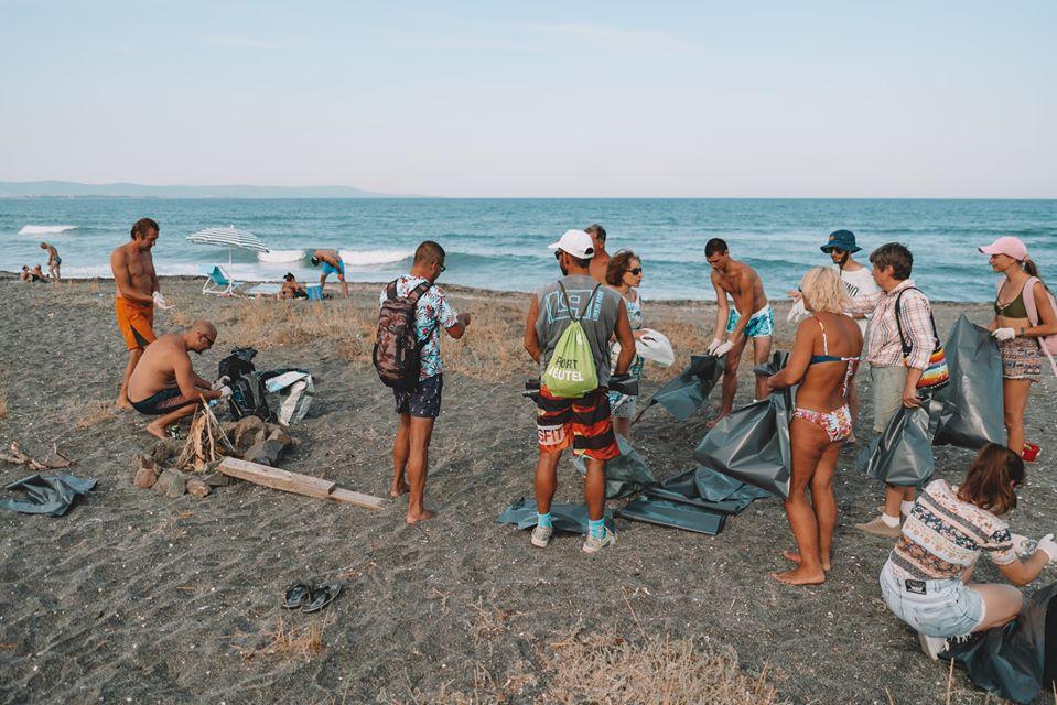 """Почистване на плаж """"Ивицата"""" в Поморие- всяка неделя и през месец август"""