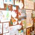 """Ученици, преподаватели и родители изпълниха залата на ОУ """"Христо Ботев"""", гр. Ахелой , където се проведе Благотворителен Коледен базар , организиран от ръководството на училището. С красиво изработени картички, рисунки,..."""