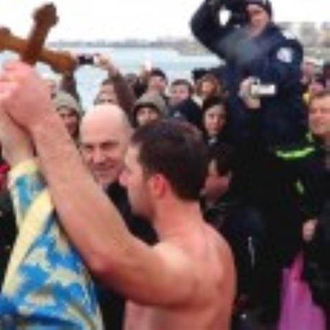 За първи път 28г. Трифон Бинчев успя първи да хване Светия кръст на Богоявление. Помориецът скача в морето на този ден вече пет пъти, но едва през тази година щастието...