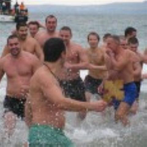"""33 годишният матрос от база Атия Станимир Манолов спаси кръста в Бургас. Морякът от фрегата """"Дръзки"""" успя да се пребори в надпревара с още 39 ентусиасти, които тази година участваха..."""