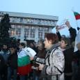 Хиляди бургазлии излязоха днес на протест. Това е най-мащабната гражданска проява от началото на протестите в Бургас. От сградата на електроразпределителното дружество хората тръгнаха към площад Тройката, предаде Gramofona.com. Около...